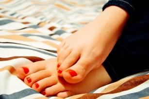 între degetele de la picioare se ude și miroase